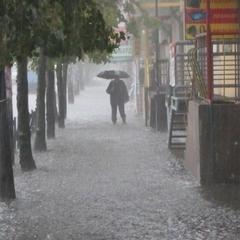 Внаслідок зливи у столиці підтопило один із гіпермаркетів (відео)