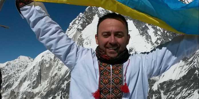 Українець зійшов на найвищу гору світу у вишиванці
