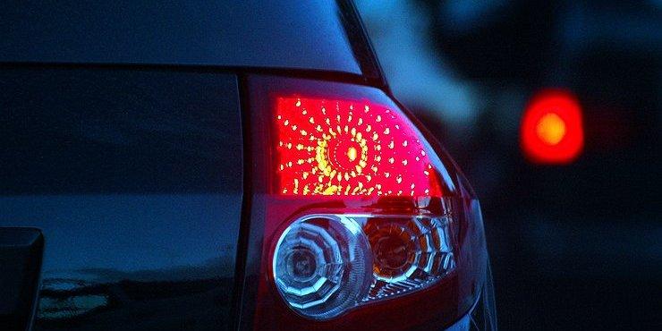 За червоні покажчики повороту почали штрафувати на 425 грн