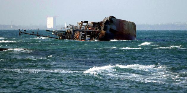 Із затонулого в Одесі танкера Delfi тече паливо, пляма рухається на пляжі