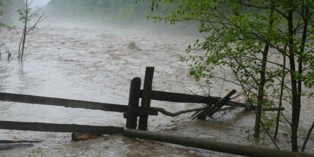 Через паводки на Прикарпатті та Буковині - помаранчевий рівень небезпеки