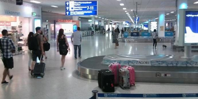 В аеропорту Афін затримали 17 українців через заборону на в'їзд до ЄС. Їх відправили до ізолятора без їжі та води — ЗМІ