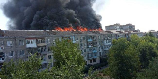 У Новій Каховці палає багатоповерхівка (відео)