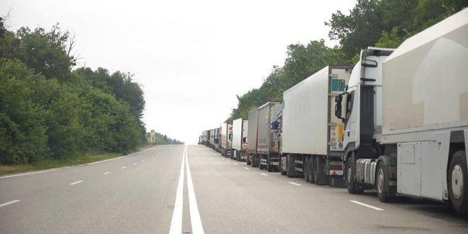 На кордоні з Росією утворився двокілометровий затор із фур: відео