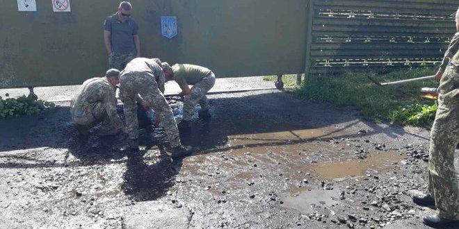 Військові вигрібали воду з калюж перед візитом Зеленського до Луцька: фото