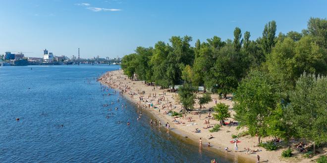 На всіх пляжах Києва вивісили жовті прапори