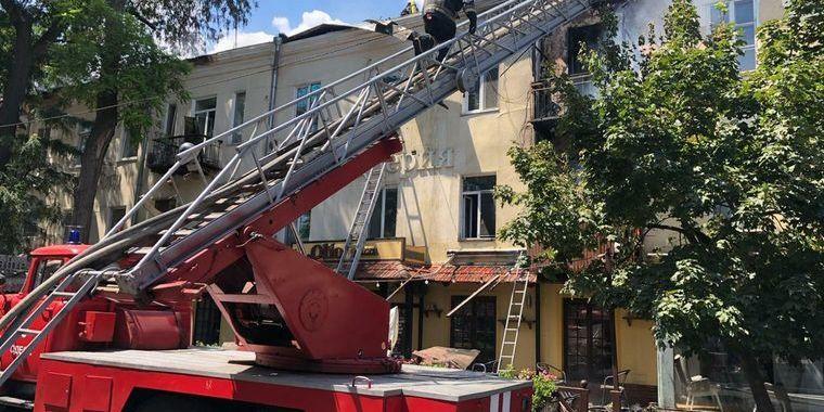 В Одесі загорілася будівля 1814 року забудови — палає останній поверх та дах
