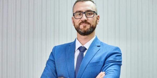Кинувший яйцем  в Януковича  став топ-менеджером Укрзалізниці