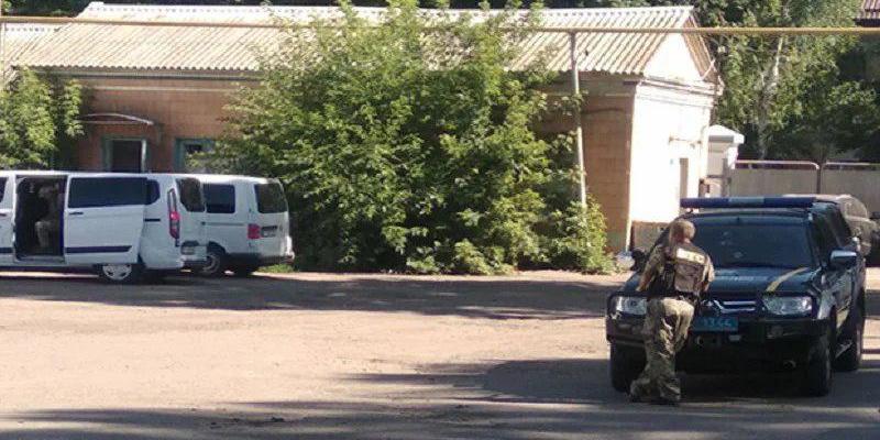 У Полтаві викрадач авто взяв у заручники поліцейського і загрожує підірвати гранатою і себе, і його