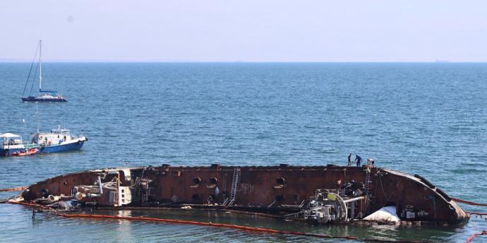 Затонулому судну в Одесі дадуть статус катастрофи: знову витекла нафта