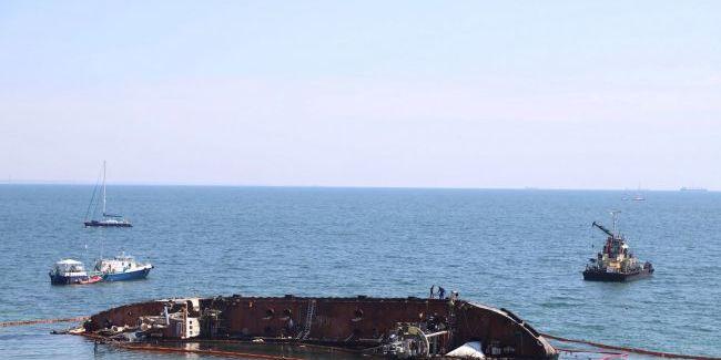 Підняття танкера в Одесі провалилося, знову не витримав трос