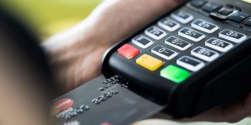 Зняти гроші з карток тепер можна в магазинах і АЗС