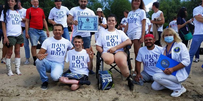 16-річний маріуполець, який втратив ноги і руку, переплив Дніпро і встановив рекорд України
