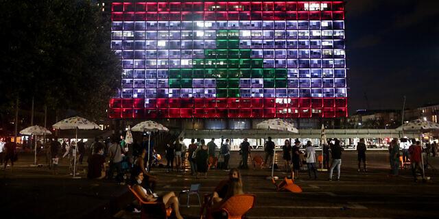 Попри конфлікт держав: у Тель-Авіві мерію міста підсвітили прапором Лівану - у пам'ять жертв вибуху