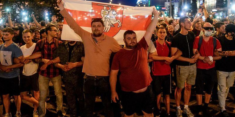 Барикади, коктейлі Молотова і перша смерть. День після виборів президента Білорусі