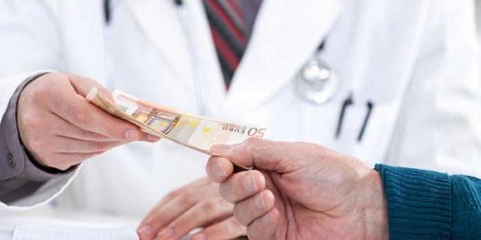 Майже 20% українців вважають, що лікарям можна і треба додатково віддячувати