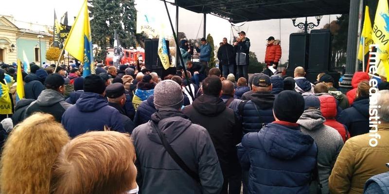 Протести під Верховною Радою продовжуються. Пряма трансляція