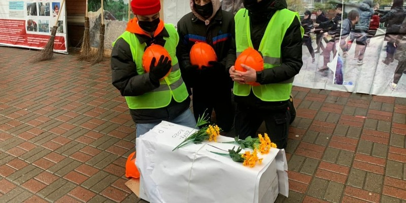 """Під будівлею Мінрегіону протестувальники влаштували імпровізоване поховання """"тіла корупції"""""""
