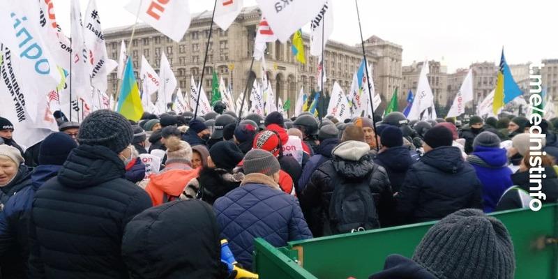 Жорсткі сутички з силовиками на Майдані. Встановлюють намети