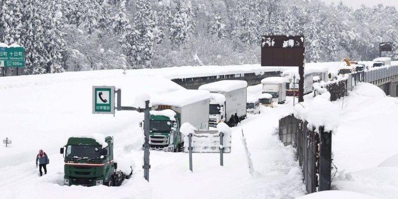 Снігова пастка: у Японії застрягла тисяча авто, їх не можуть витягти вже два дні