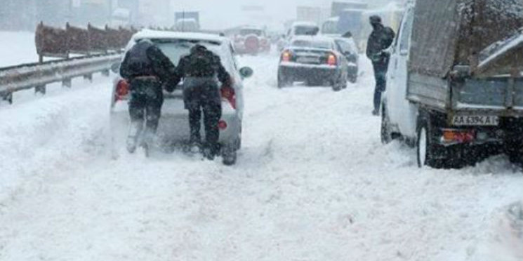 Снігопад триває: у Києві громадський транспорт їздить не за графіком, в областях відкривають пункти обігріву