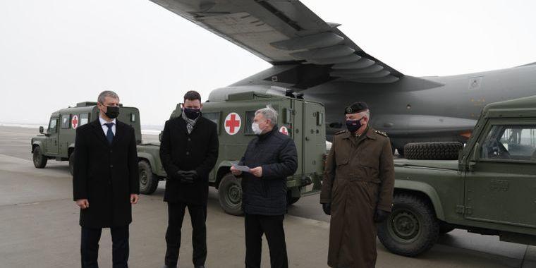 Латвія передала українським військовим легкоброньовані медичні автомобілі