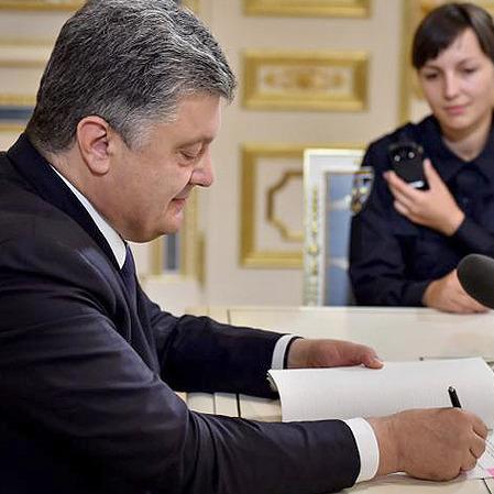 """Порошенко підписав Закон """"Про національну поліцію"""" (фото)"""