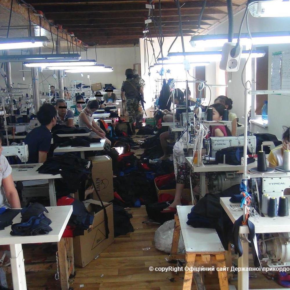 В Одесі працювали цехи, де підпільно шили одяг та незаконно утримували мігрантів з В'єтнаму (фото)