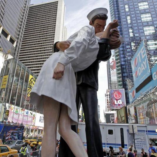 В США сотні пар повторили культовий поцілунок дня перемоги над Японією (відео)