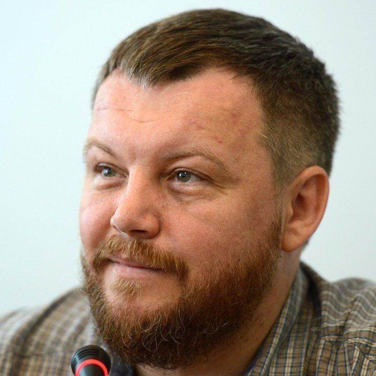 """Під час інтерв'ю за спиною у  """"cпікepа""""  пapлaмeнту """"ДНР"""" валяються п'яні мешканці """"республіки"""" (відео)"""