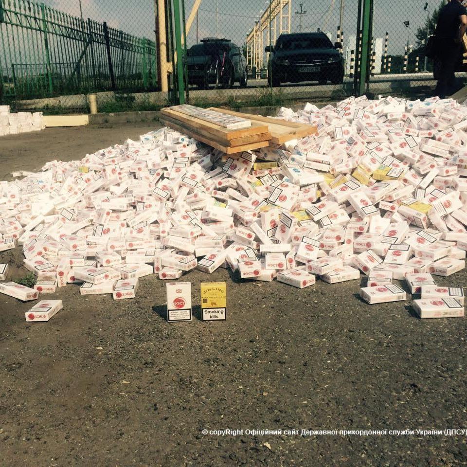 Сьогодні на Закарпатті прикордонники виявили замасковану у дошках велику партію сигарет (фото)