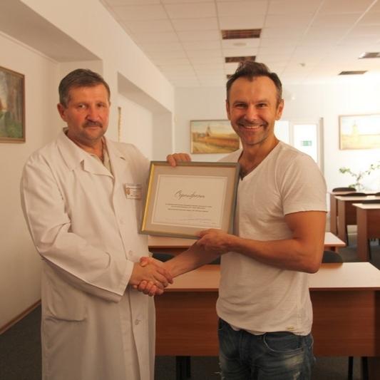 Вакарчук відвідав поранених бійців АТО і подарував мобільний рентген-апарат (фото)