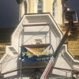 У Києві почали розміщувати рекламу на фасадах храмів