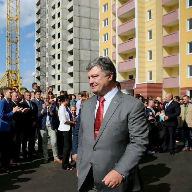 Порошенко вручив ордери на квартири у київських новобудовах співробітникам СБУ (фото)