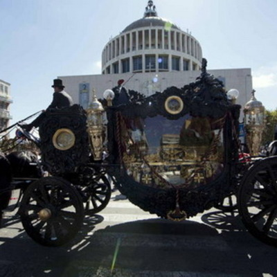 У Римі помпезно поховали місцевого мафіозі на старовинній кареті та з вертольотом (ФОТО)