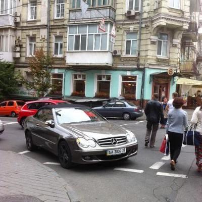 У центрі Києва власник Мерседесу припаркувався прямо на пішохідному переході (ФОТО)