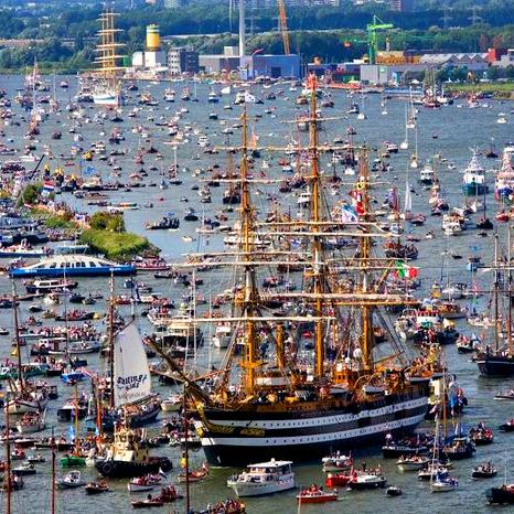 """""""Мегазатор"""" на воді: в Амстердамі почався парад кораблів (ФОТО)"""