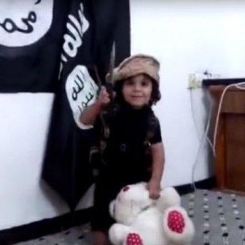 """В мережі з'явилося шокуюче відео з дитиною """"Ісламської Держави"""", яку вчать убивати (відео)"""
