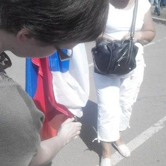 Перед посольством Росії в Києві спалили російський прапор