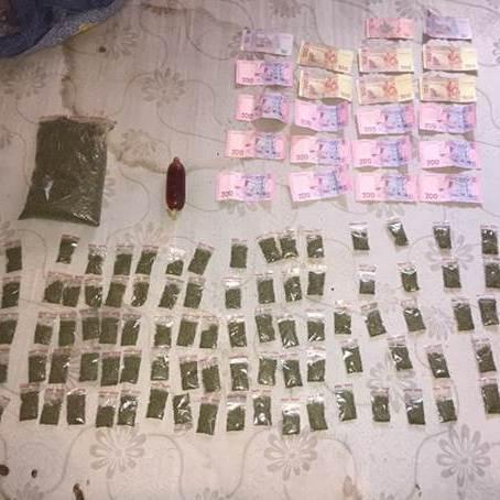 У квартирі киянина правоохоронці вилучили наркотиків більш ніж на 100 тисяч гривень (фото, відео)