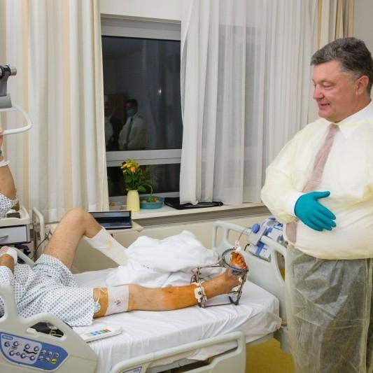 Порошенко провідав українських бійців у військовому шпиталі Берліну