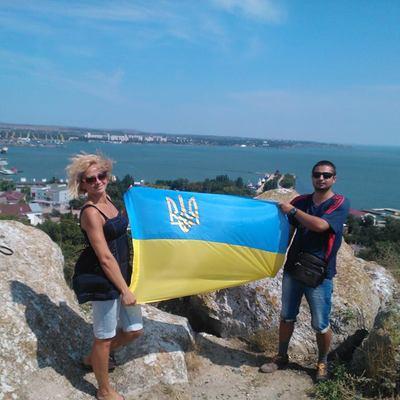 У Криму поліція затримала трьох осіб за фото з прапором України (ФОТО)