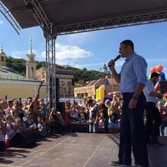 Віталій Кличко презентував киянам оновлену Поштову площу (фото)