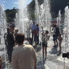 Кличко покупався в новому фонтані на Поштовій площі (фото і відео)