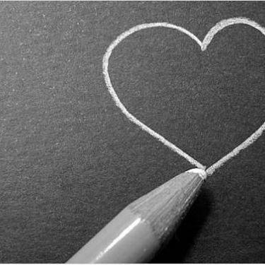 У Львові молода пара почала кохатися прямо перед університетом (ФОТО)