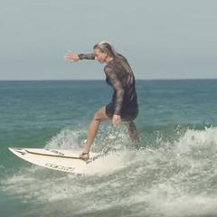 """Французька серфінгистка """"спіймала хвилю"""" в вечірньому платті й туфлях на підборах (відео)"""