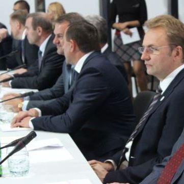 Політолог Олексій Гарань вважає,що питання децентралізації та самоврядування Донбасу потрібно розділити