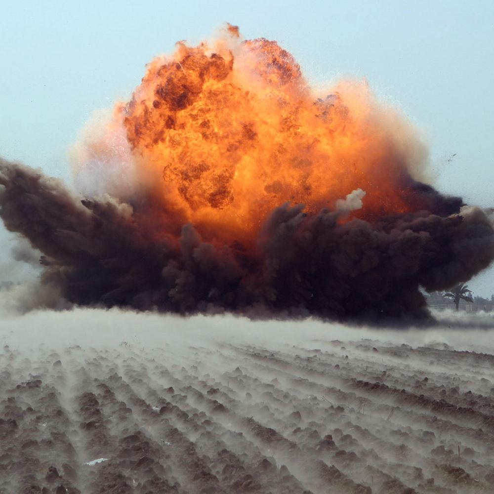 """Неконтрольований конфлікт: колона ворожої техніки """"злетіла"""" у повітря, а бойовики б'ються з російськими військовими"""