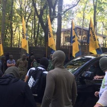 У Харкові активісти заблокували і розмалювали будинок Добкіна (фото)