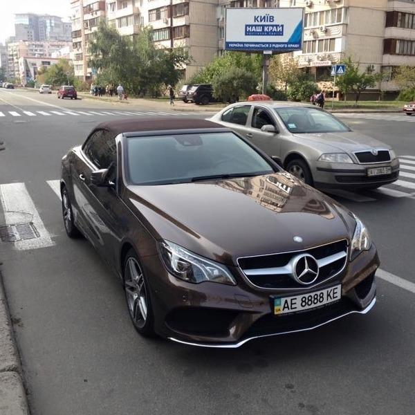 """""""Я паркуюсь как хочу"""": елітний Mercedes """"застряг"""" на пішохідному переході (фото)"""